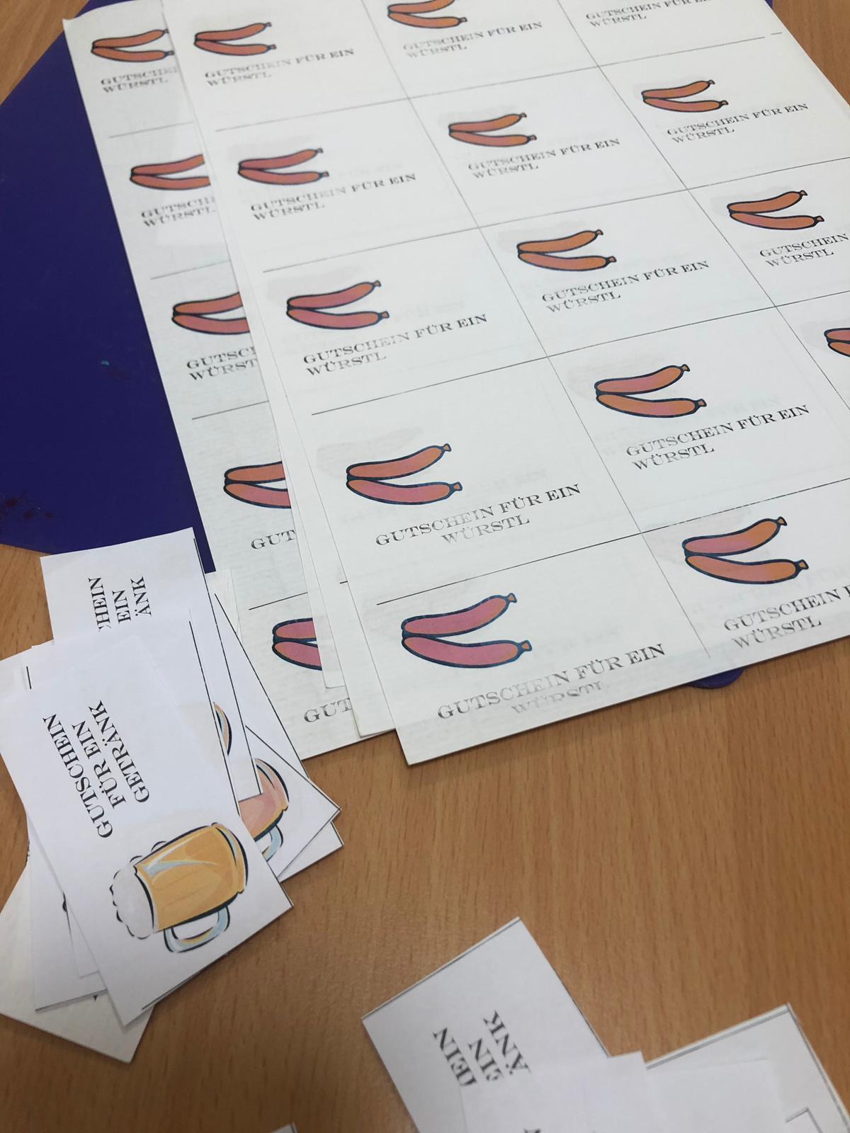 Zeitgeist-Team verteilt Essengutscheine an Hostessen