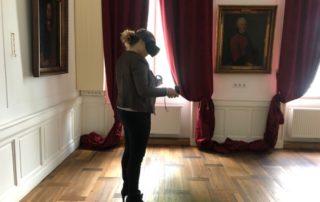 Eva M. mit VR-Brille bei virtueller Veranstaltung
